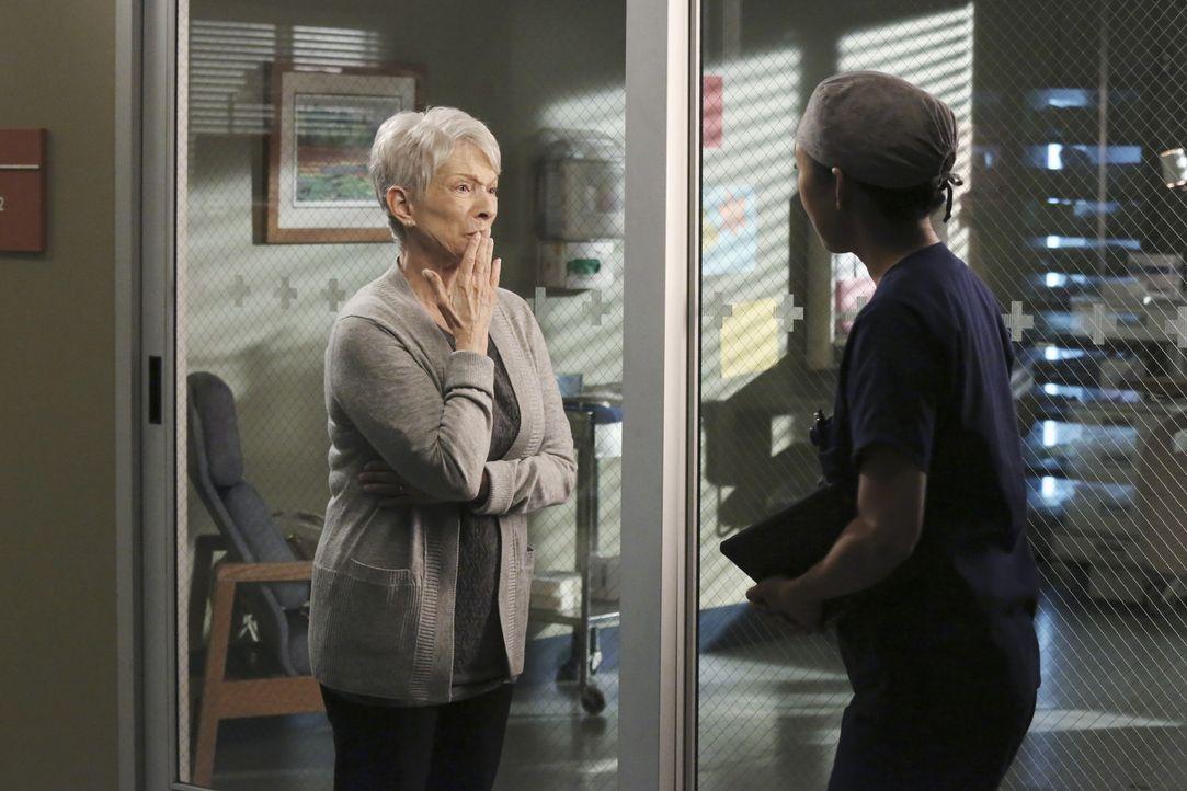 Christina (Sandra Oh, r.) entdeckt bei Nancys (Jennifer Bassey, l.) Sohn ein Blutgerinnsel, das bisher nie aufgefallen ist. Sie ordnet eine sofortig... - Bildquelle: ABC Studios
