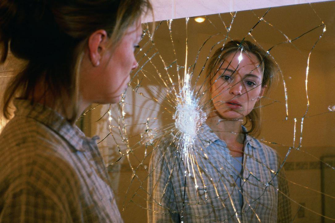 Nach der Trennung von ihrem Mann will Sarah (Katja Weitzenböck) von vorn anfangen. Doch in ihrem Appartmenthaus passieren unheimliche Dinge ... - Bildquelle: Sat.1
