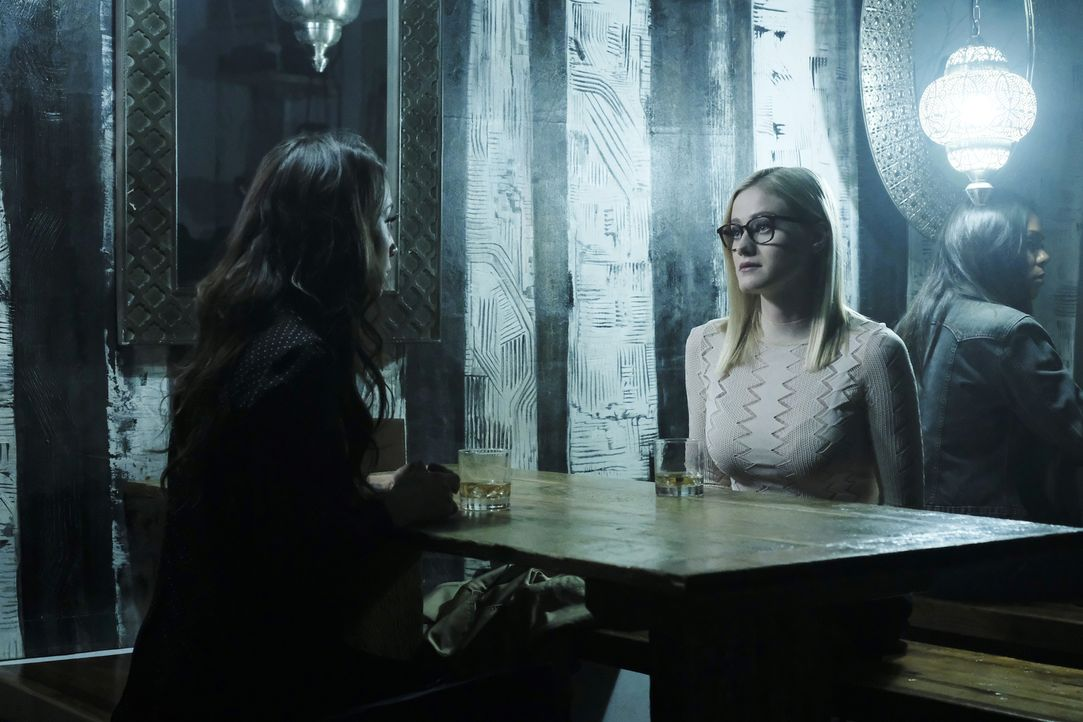 Julia (Stella Maeve, l.); Alice (Olivia Taylor Dudley, r.) - Bildquelle: Eric Milner 2018 Syfy Media Productions LLC. ALL RIGHTS RESERVED./Eric Milner