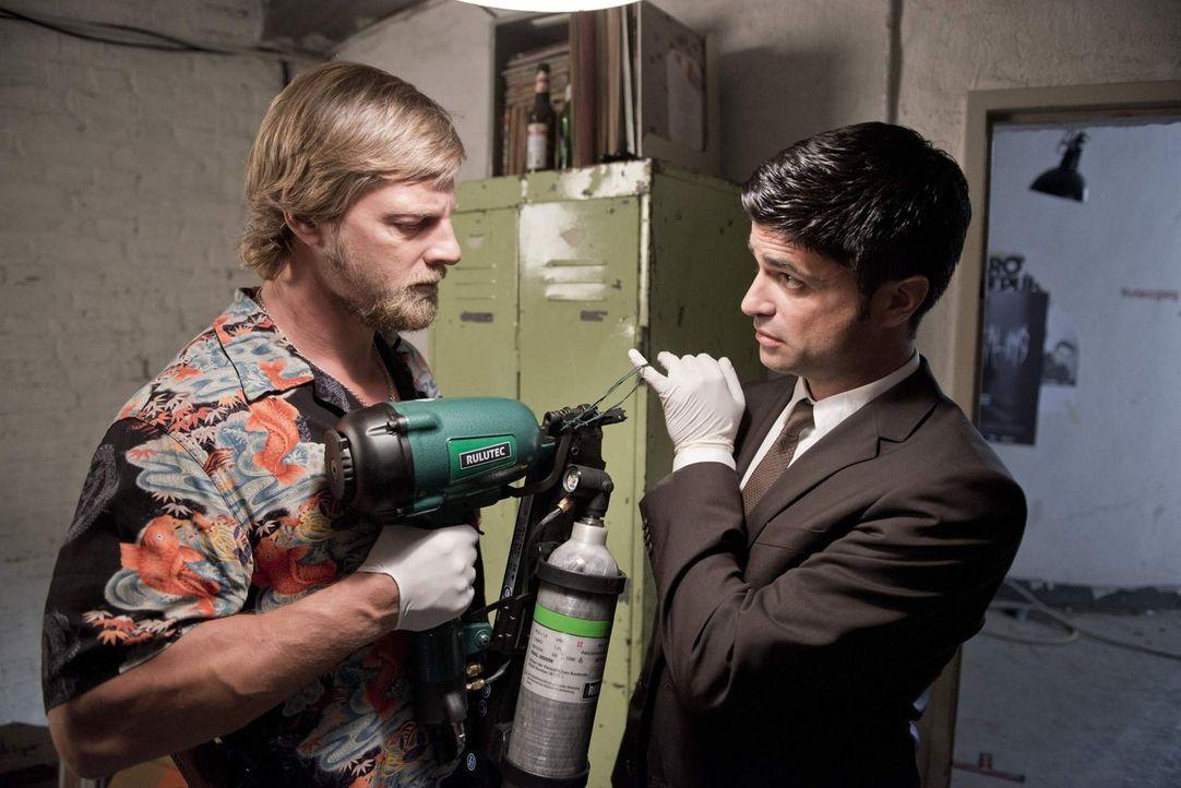 Die Tatwaffe: ein Druckluftnagelgerät, das in jedem Heimwerkermarkt erstanden werden kann. Für Mick (Henning Baum, l.) und Andreas (Maximilian Gri... - Bildquelle: Martin Rottenkolber SAT. 1