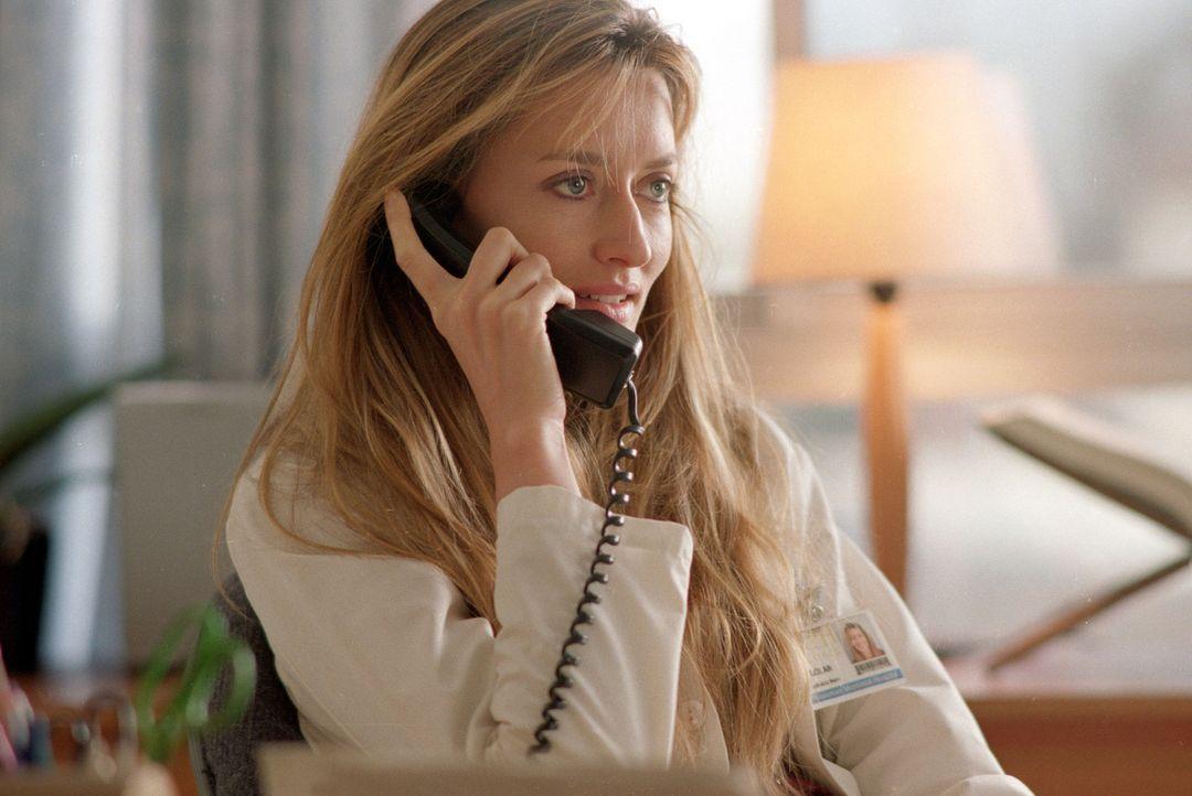 Im Krankenhaus flirtet Sara (Natascha McElhone) immer heftiger mit ihrem neuen Kollegen Sam ... - Bildquelle: Sony Pictures Television International. All Rights Reserved.