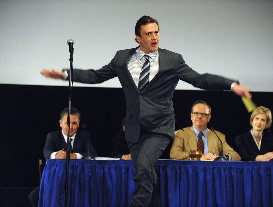 Marshall (Jason Segel) spricht auf der Sitzung, in der endgültig besprochen wird, ob das Arcadian nun wirklich abgerissen wird. Er versucht mit Wit... - Bildquelle: 20th Century Fox International Television