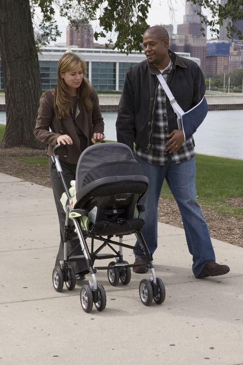 Ames (Forest Whitaker, r.) beobachtet Abby (Maura Tierney, l.) die ihn offensichtlich nicht kennt und schließlich unterhält er sich freundlich im... - Bildquelle: Warner Bros. Television