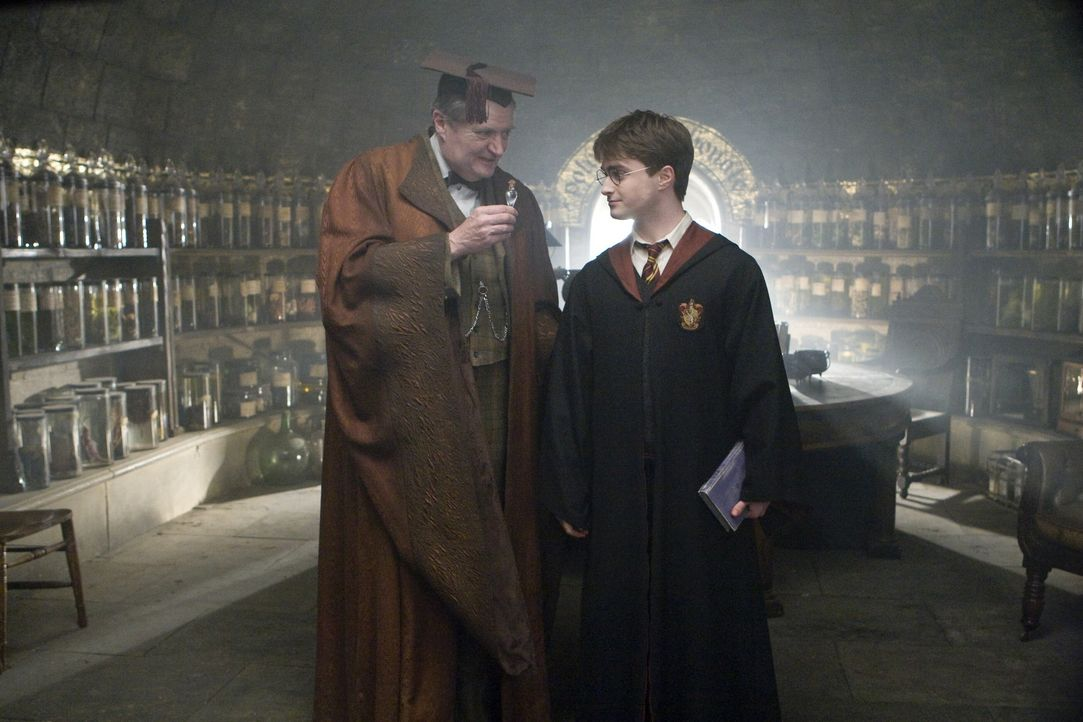 Um an die ungefälschten Erinnerungen von Professor Horace Slughorn (Jim Broadbent, l.) zu kommen, muss sich Harry Potter (Daniel Radcliffe, r.) als... - Bildquelle: Warner Brothers