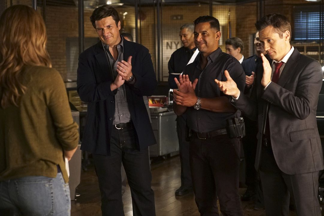 Castle (Nathan Fillion, 2.v.l.), Esposito (Jon Huertas, 2.v.r.) und Ryan (Seamus Dever, r.) heißen Beckett (Stana Katic, l.) in ihrem neuen Amt herz... - Bildquelle: Richard Cartwright 2015 American Broadcasting Companies, Inc. All rights reserved.