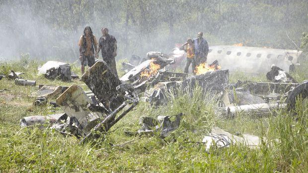 Fluggast Hector Ugarte (r.) und die anderen Überlebenden taumeln durch die Tr...