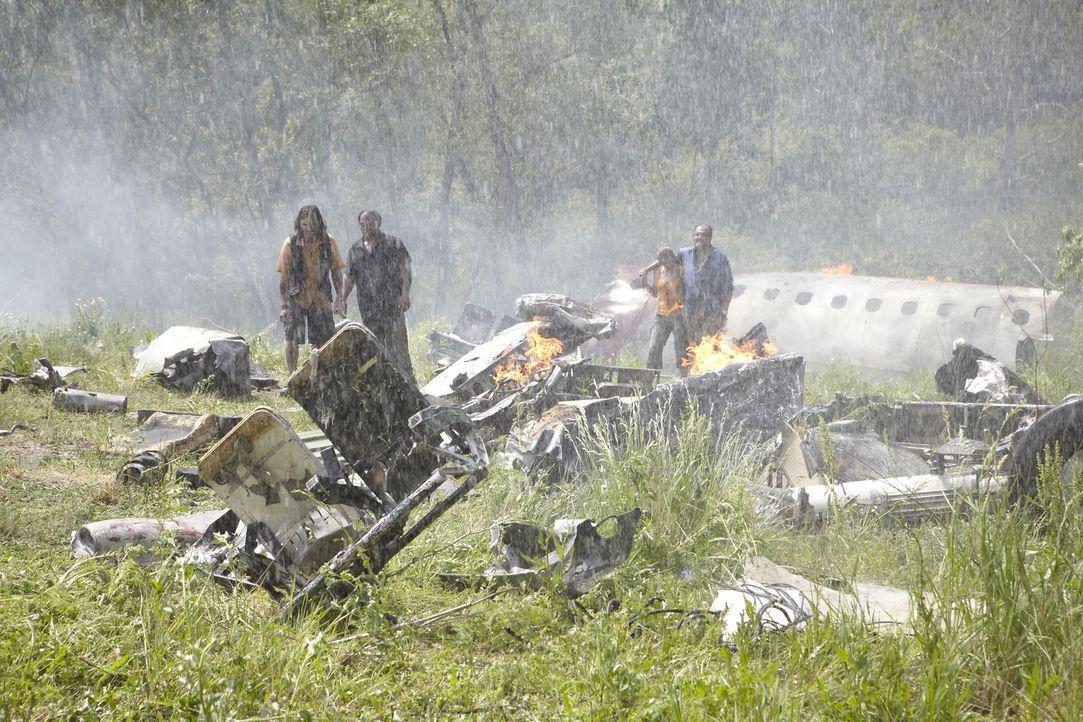 Fluggast Hector Ugarte (r.) und die anderen Überlebenden taumeln durch die Trümmer der abgestürzten Boeing 737-200 in der schwelenden Ebene von Puca... - Bildquelle: Ian Watson Cineflix 2012