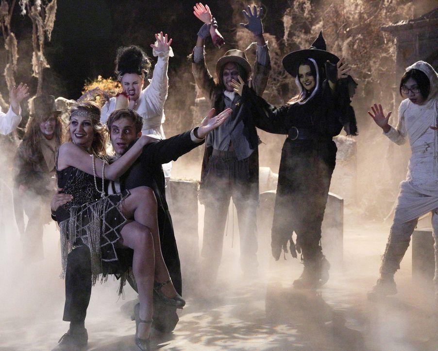 """Trick or Treat? Hoffen auf eine """"Super Fun und Spooky Night"""": Helen-Alice (Liza Lapira, hinten, r.), Kimmie (Rebel Wilson, hinten, l.), Marika (Laur... - Bildquelle: Warner Brothers"""