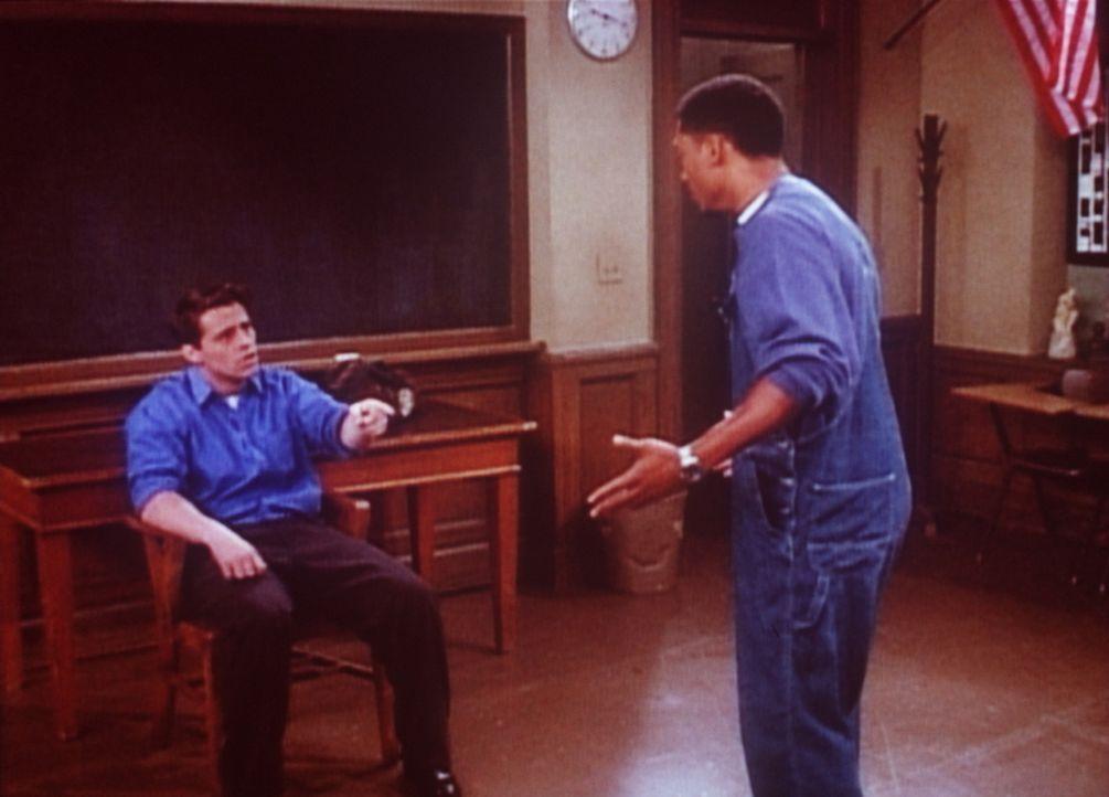 Joey (Matt LeBlanc, l.) ist unter die Schauspieler gegangen. Einer seiner Schüler ist so gut, dass er zur Konkurrenz wird. - Bildquelle: TM+  2000 WARNER BROS.
