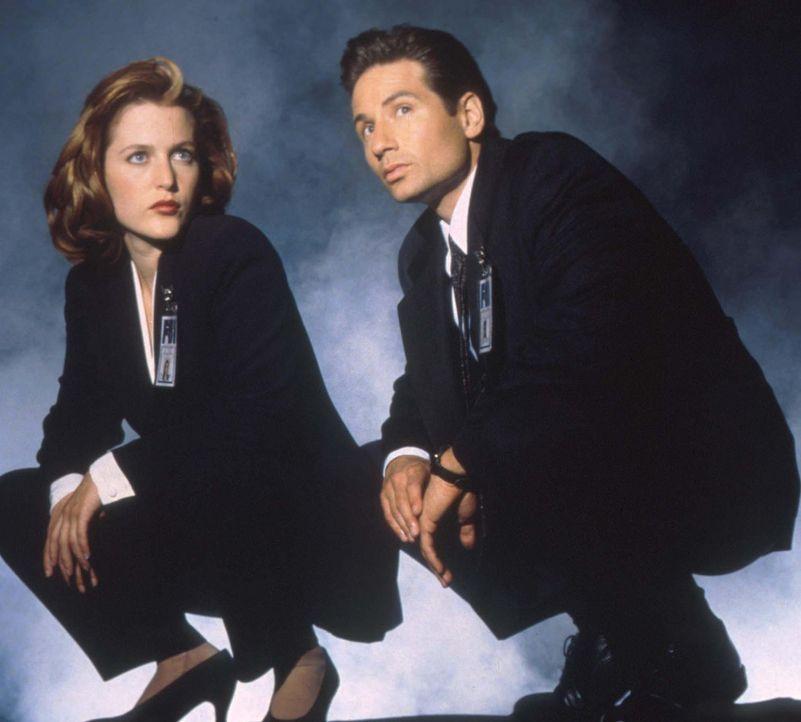 (3. Staffel) - Mit der Aufklärung ungewöhnlicher Ereignisse, den so genannten X-Akten, sind die FBI-Agenten Fox Mulder (David Duchovny, r.) und Dana... - Bildquelle: TM +   2000 Twentieth Century Fox Film Corporation. All Rights Reserved.