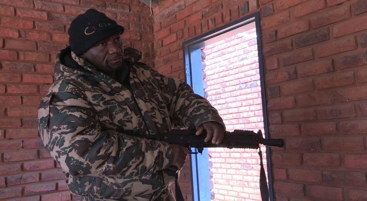 Seit dem Kalten Krieg gelingt es selbst den kleinsten südafrikanischen Söldner-Gruppierungen, sich als private militante Unternehmen zu etablieren .... - Bildquelle: Josh Hughes Eyeline Entertainment