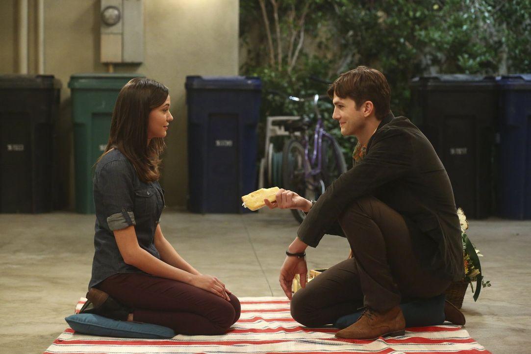 Damit Nicole (Odette Annable, l.) mehr Zeit für eine Verabredung hat, bietet ihr Walden (Ashton Kutcher, r.) seine Hilfe an ... - Bildquelle: Warner Brothers Entertainment Inc.