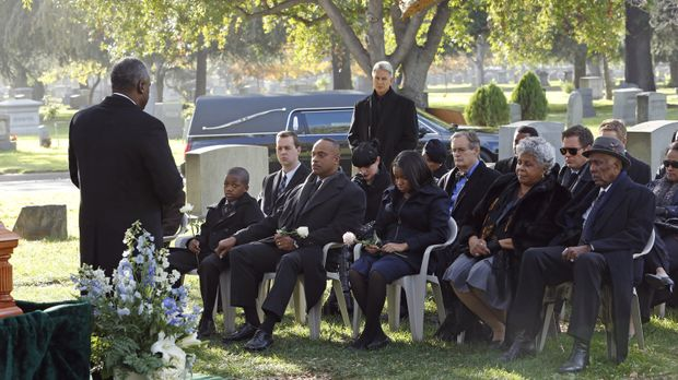 Das Team nimmt Abschied von Leon Vances (Rocky Carroll, 4.v.l.) Frau ... © CB...