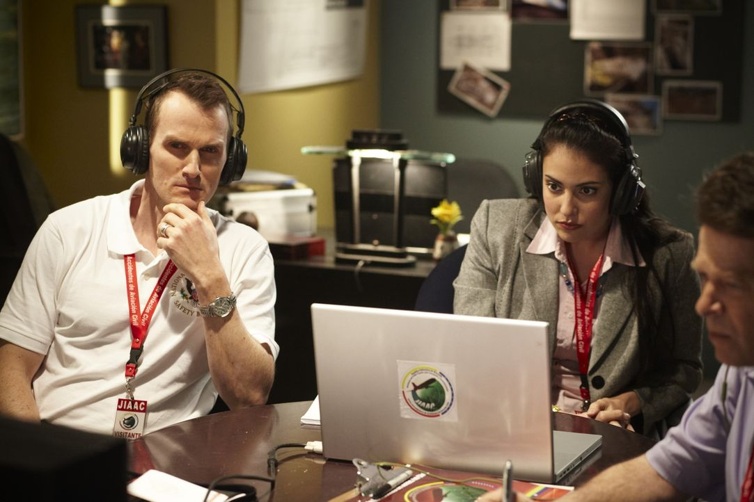 Joe Sedor (Jason Faulkner, l.) und Lorllys Ramos (Nicola Corriea-Damude, r.) versuchen, anhand des Flugschreibers den Grund für den rätselhaften Abs... - Bildquelle: Ian Watson Cineflix 2011