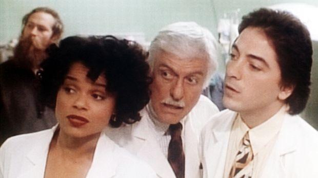 Amanda (Victoria Rowell, l.), Dr. Sloan (Dick Van Dyke, M.) und Jack (Scott B...