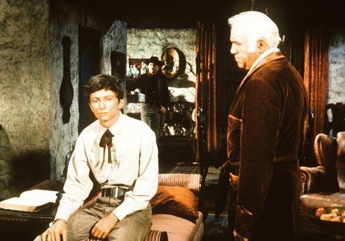 Bonanza - Ben Cartwright (Lorne Greene, r.) hat den halbverhungerten Aaron Me...
