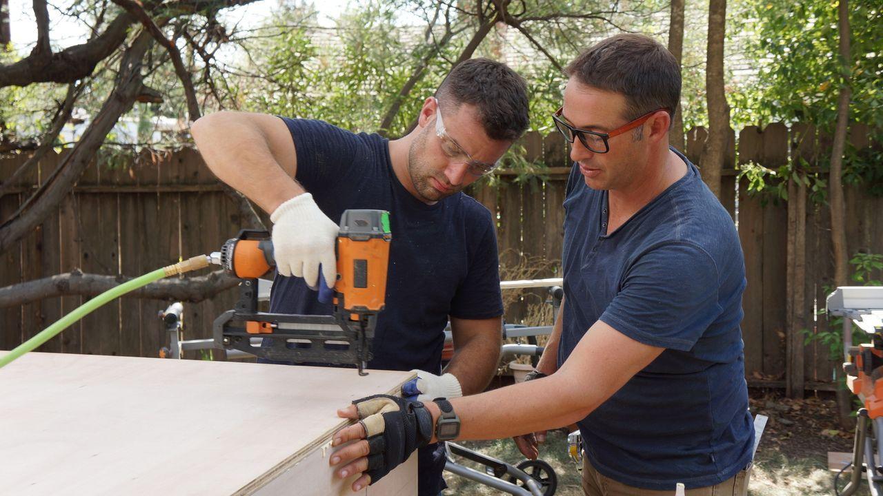 (12. Staffel) - Bauunternehmer Josh Temple (l.) sucht in Baumärkten nach verzweifelten Heimwerkern und greift ihnen mit seinem Team bei den Umbauarb... - Bildquelle: 2015, DIY Network/Scripps Networks, LLC. All Rights Reserved.