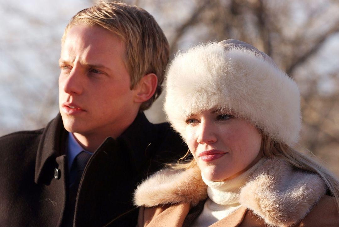 Prinz Edvard von Dänemark (Chris Geere, l.) und seine Frau Paige (Kam Henskin, r.) machen sich auf, in die lang ersehnten Flitterwochen, doch kaum... - Bildquelle: Nu Image Films