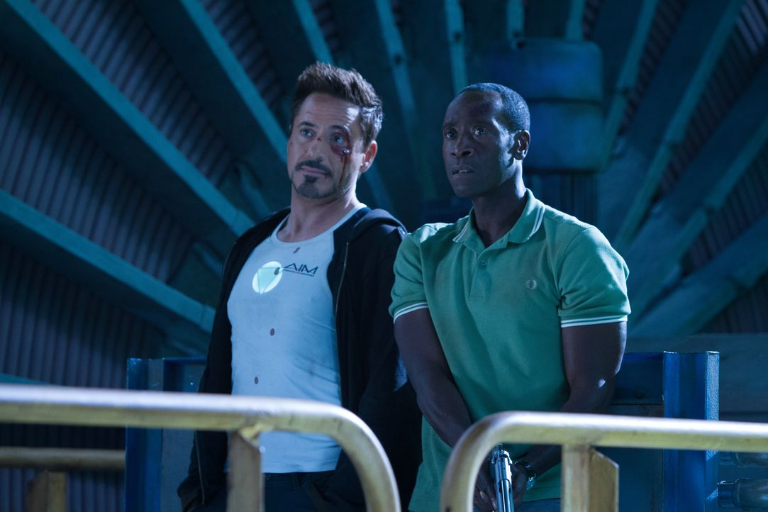 Wenn es gefährlich wird, kann sich Tony (Robert Downey Jr., l.) immer auf seinen Freund James 'Rhodey' Rhodes (Don Cheadle, r.) verlassen ... - Bildquelle: TM &   2013 Marvel & Subs. All Rights Reserved.