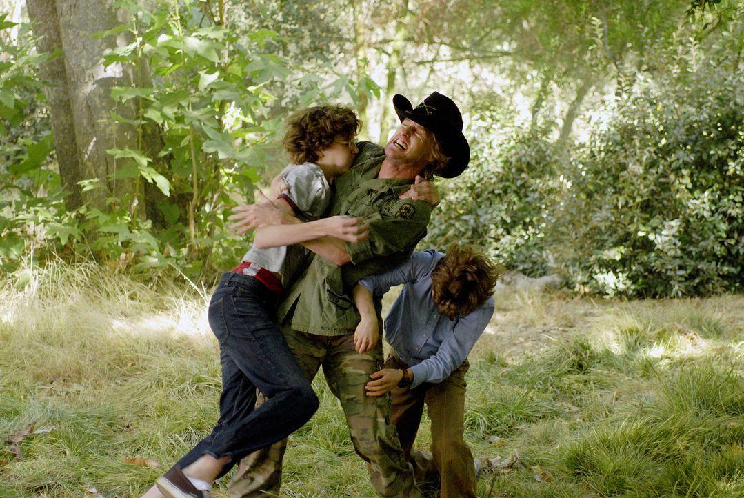 Schon bald erteilt der selbsternannte Bodyguard Drillbit Taylor (Owen Wilson, M.) Emmit (David Dorfman, r.), Ryan und Wade (Nate Hartley, l.) Unterr... - Bildquelle: 2007 Paramount Pictures