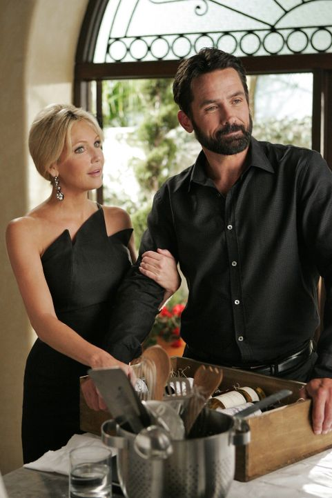 Warum lügt Ben (Billy Campbell, r.) seine schon bald Verlobte Amanda (Heather Locklear, l.) wegen Ella an? - Bildquelle: 2009 The CW Network, LLC. All rights reserved.