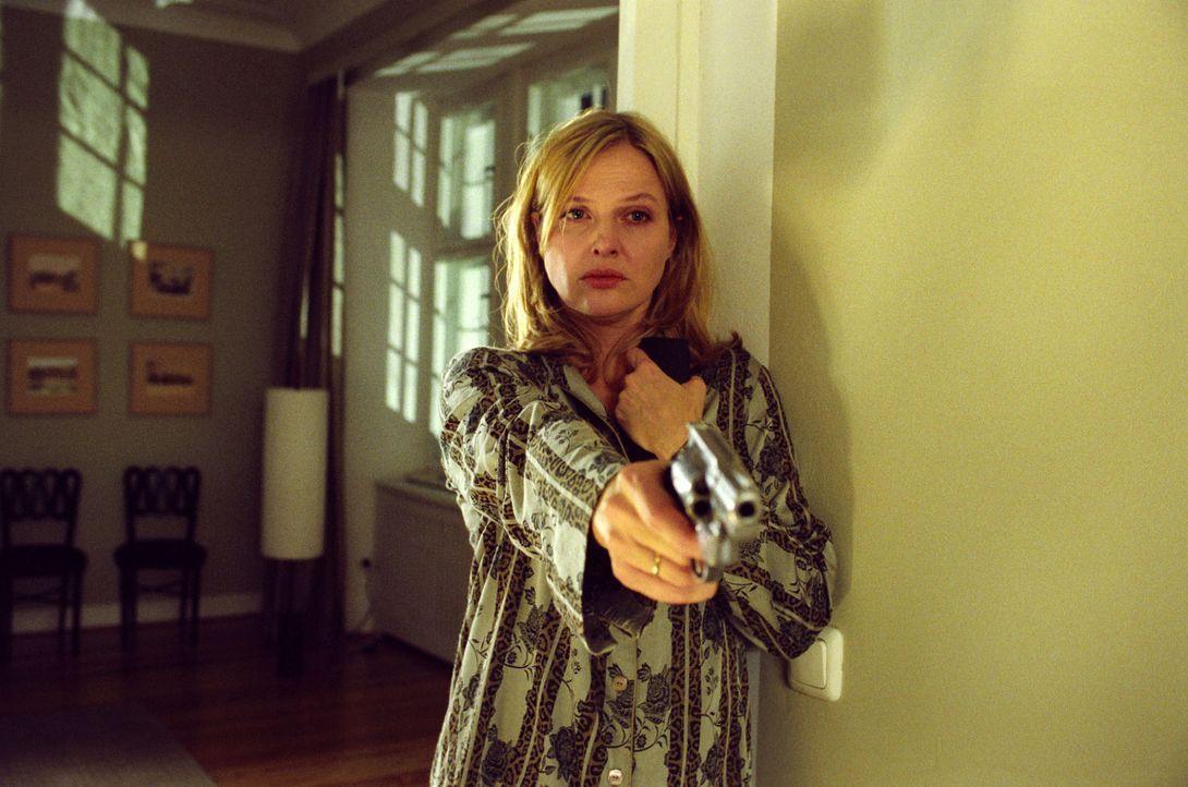 Als die blinde Kunstsammlerin Ella Bischoff (Katharina Böhm) nachts in ihrer Villa von Einbrechern überrascht wird, greift sie zur Waffe. - Bildquelle: Claudius Pflug Sat.1