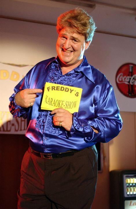 Herr Lubenbauer wird vom Animateur (Markus Maria Profitlich) auf einer Betriebsfeier zum Karaoke auf die Bühne gebeten. Er ziert sich, obwohl ander... - Bildquelle: Sat.1