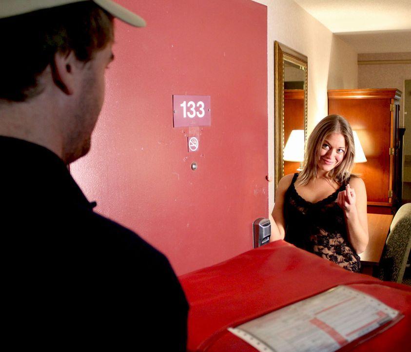 Ruby Padgett lässt ihren Charme spielen und lockt so den Pizzaboten John Harrigan in ihr Motelzimmer. Zusammen mit ihrem Freund quält Ruby den junge... - Bildquelle: M2 Pictures