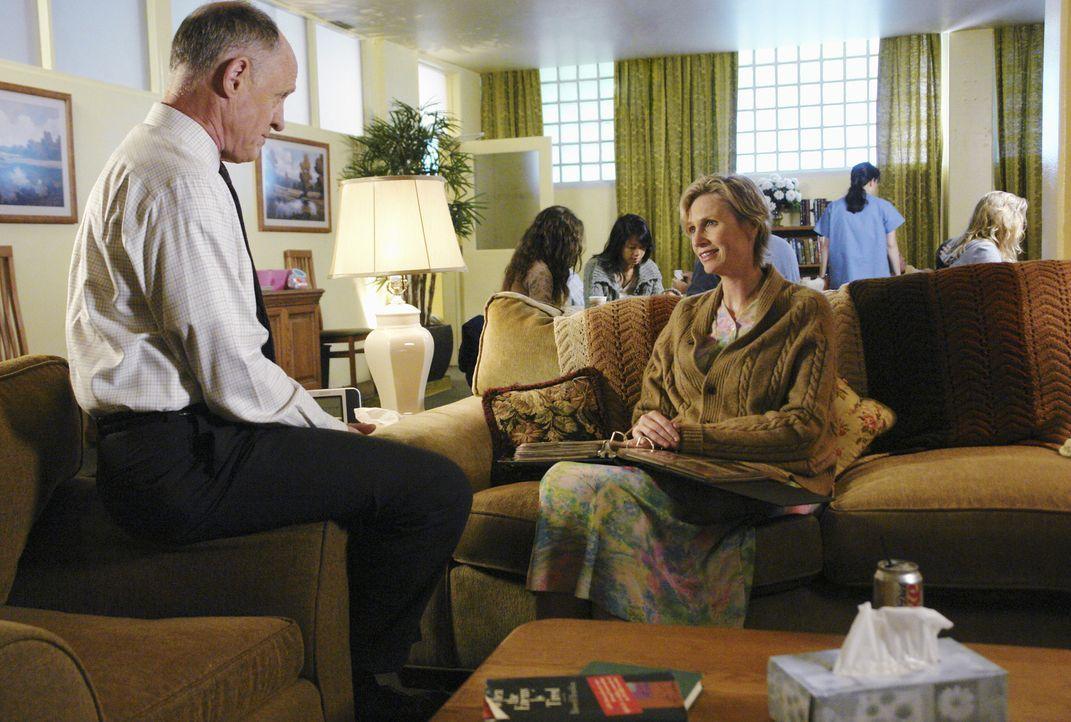 Können Dr. Norman (Bruce French, l.) und Diana Reid (Jane Lynch, r.) bei den aktuellen Ermittlungen behilflich sein? - Bildquelle: Touchstone Television