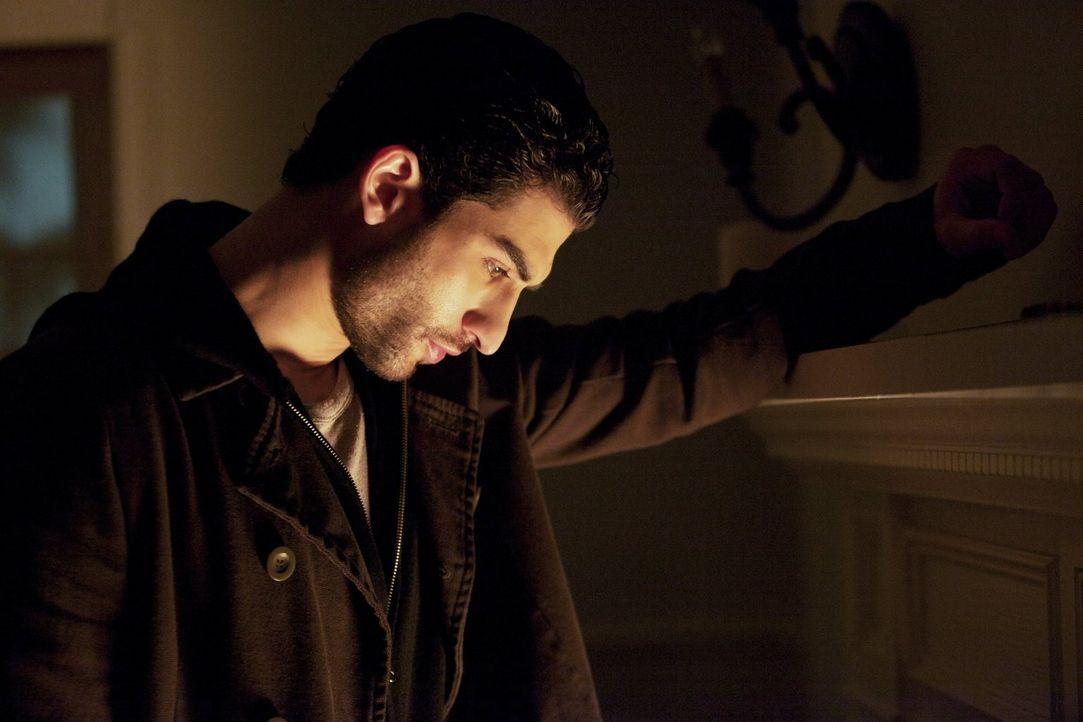 Markos (Raffi Barsoumian) birgt ein Geheimnis, das auch Damon aus der Fassung bringt ... - Bildquelle: Warner Brothers