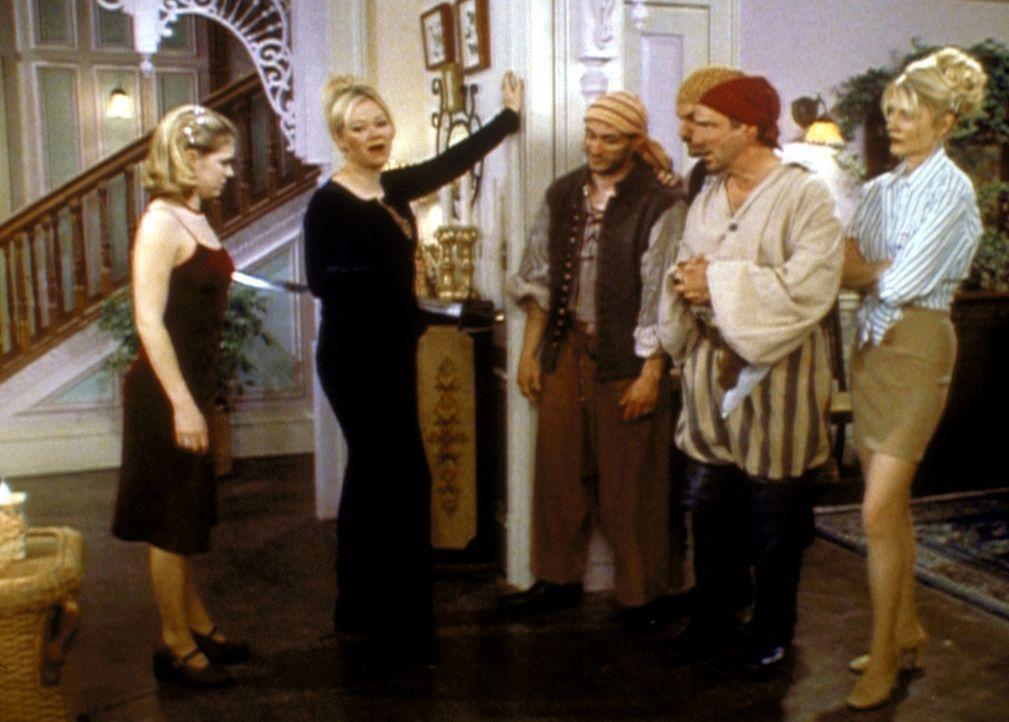 Der Hexenrat verlangt von Zelda (Beth Broderick, r.), Hilda (Carolin Rhea, 2.v.l.) und Sabrina (Melissa Joan Hart, l.), die drei vergessenen Piraten... - Bildquelle: Paramount Pictures