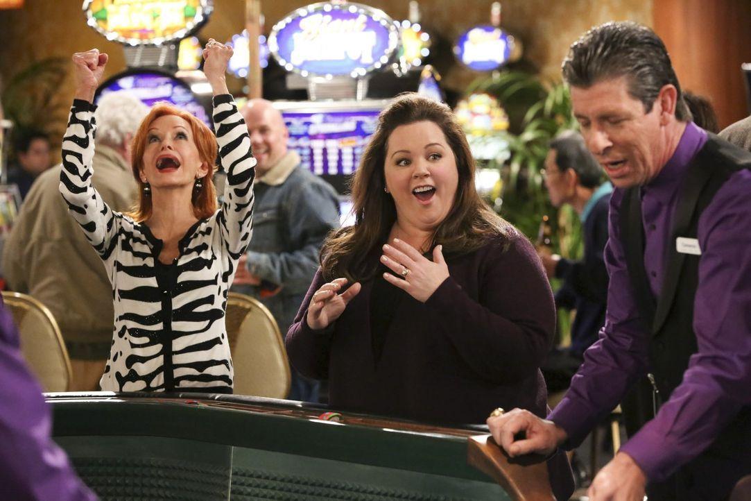 Freuen sich an der Seite des Croupiers über ihre Glückssträhne im Casino: Joyce (Swoosie Kurtz, l.) und Molly (Melissa McCarthy, M.) ... - Bildquelle: Warner Brothers