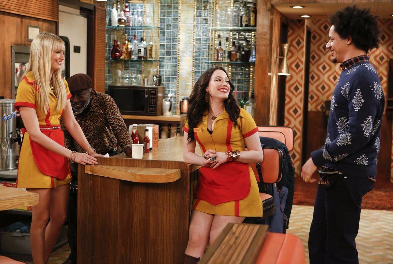 Als Caroline (Beth Behrs, l.) von Nicholas zum Abendessen eingeladen wird, bittet sie Max (Kat Dennings, M.) und Deke (Eric André, r.), sie zu begle... - Bildquelle: Warner Bros. Television