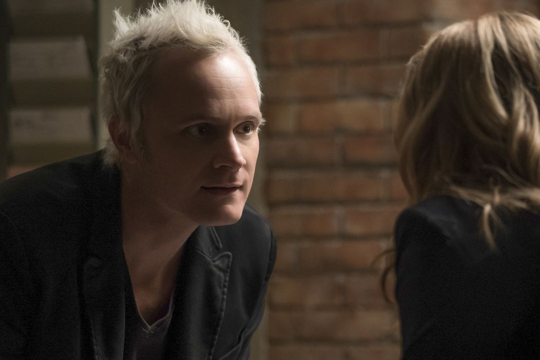 Blaine (David Anders) - Bildquelle: Warner Bros.