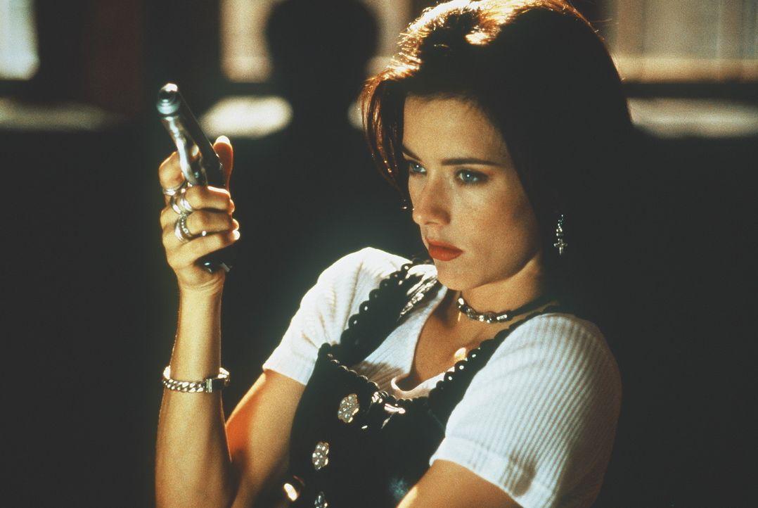 Keine leichte Beute: Julie (Téa Leoni) wird von den Drogengangstern schonungslos gejagt ... - Bildquelle: 1995 Columbia Pictures Industries, Inc. All Rights Reserved.