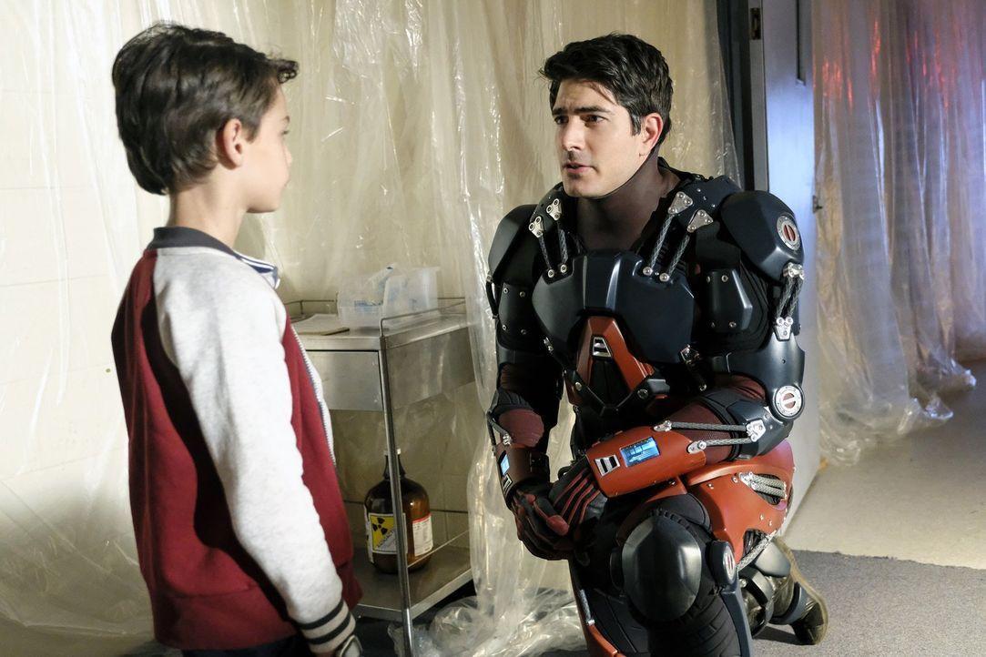 Selbst Ray (Brandon Routh, r.) ist mehr als erstaunt, als er erfährt, dass sein jüngeres Ich (Jack Fisher, l.) im Jahre 1988 einen Dominator-Freund... - Bildquelle: 2017 Warner Bros.