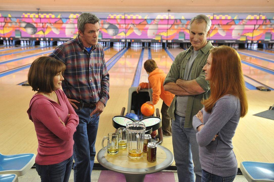 Frankie (Patricia Heaton, l.) und Mike (Neil Flynn, 2.v.l.) prahlen beim Bowling vor einem Ehepaar (Jim Abele, 2.v.r. und Bekka Prewitt, r.) mit ihr... - Bildquelle: Warner Brothers