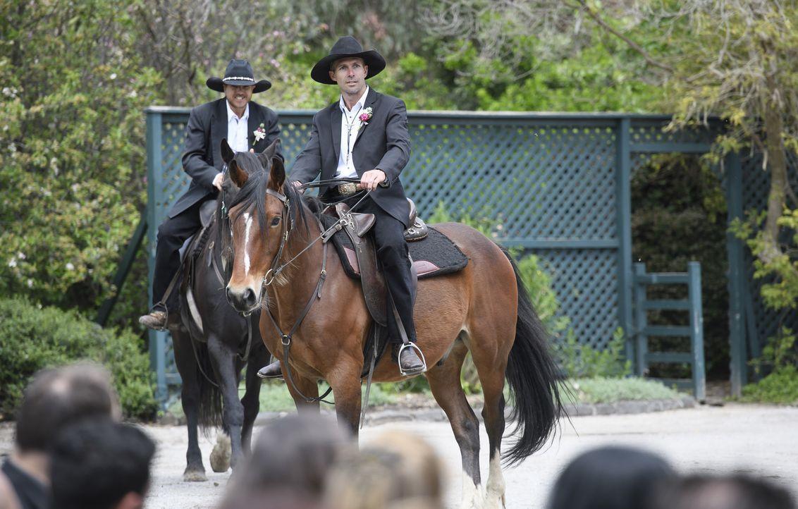 Es funkt zwischen Sean (r.) und Susan, als er auf einem Pferd einreitet ... - Bildquelle: ENDEMOLSHINE AUSTRALIA AND CHANNEL NINE