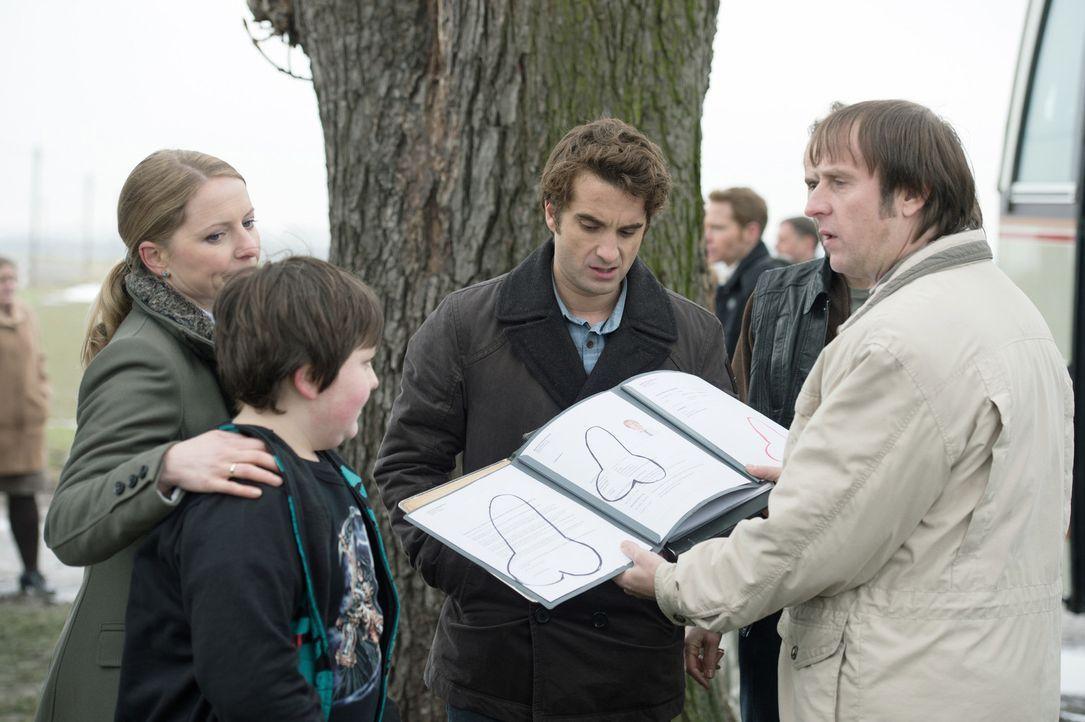 Ulf (Oliver Wnuk, 2.v.r.) und Tanja (Diana Staehly, l.) haben inzwischen einen verhaltensauffälligen Teenager adoptiert, Marvin (Max Kluge, 2.v.l.),... - Bildquelle: Willi Weber Brainpool