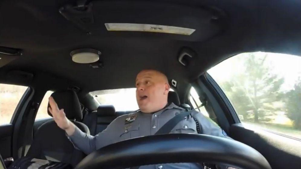 Polizist singt Taylor Swift - Bildquelle: YouTube / Dover Police