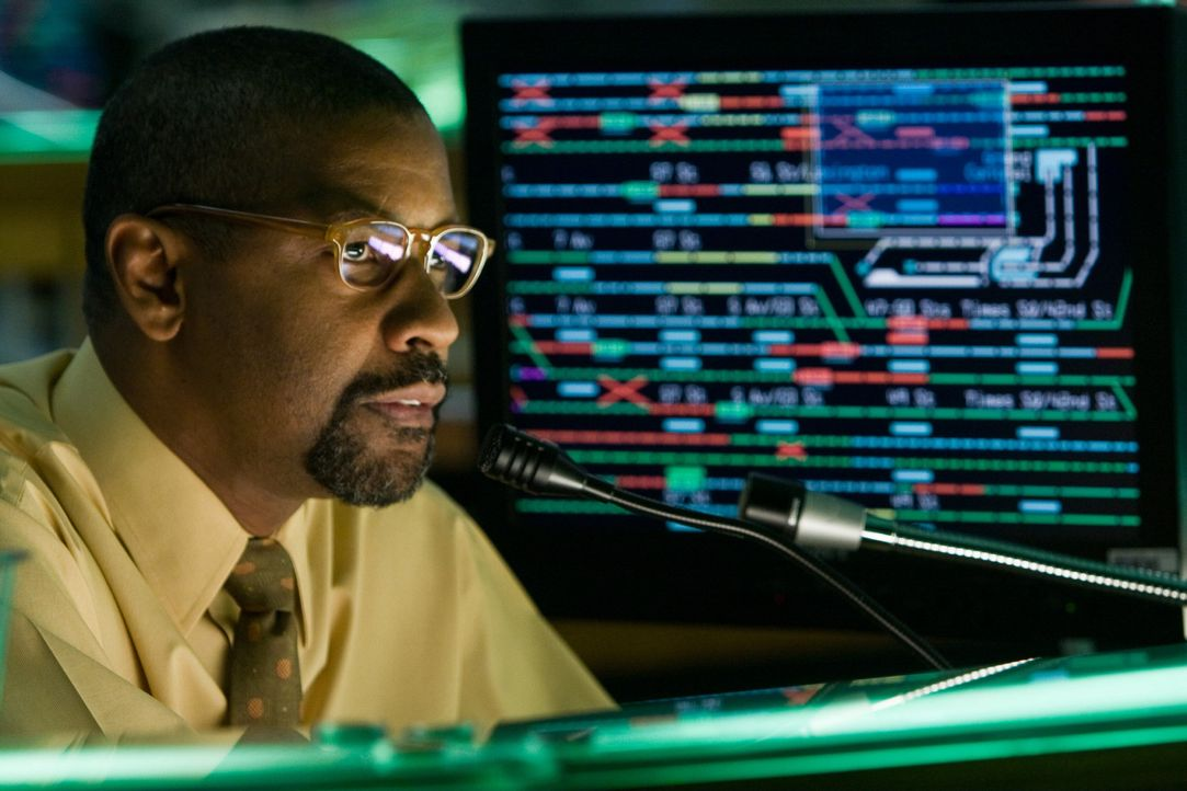 Wurde wegen eines Korruptionsverdachtes zum Dienst in der Leitzentrale verdonnert: Zachary Garber (Denzel Washington). Eines Tages wird eine U-Bahn... - Bildquelle: 2009 Columbia Pictures Industries, Inc. and Beverly Blvd LLC. All Rights Reserved.