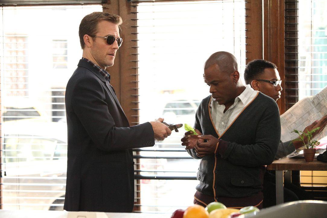 Sehr sexy, wie James (James Van Der Beek, l.) die Schildkröte halt, während sein Assistent Luther (Ray Ford, vorne r.) sie füttert. So könnte er... - Bildquelle: 2012 Twentieth Century Fox Film Corporation. All rights reserved.