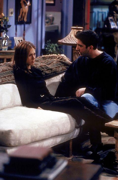 Ross (David Schwimmer, r.) versucht alles, um die Beziehung zu retten. Doch Rachel (Jennifer Aniston, l.) kann ihm nicht mehr vertrauen ... - Bildquelle: TM+  2000 WARNER BROS.