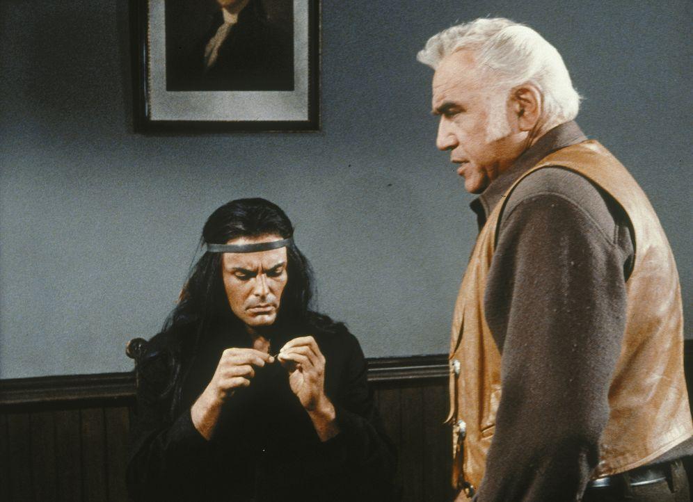 Kann Ben Cartwright (Lorne Greene) Indianerhäuptling Jacova (John Saxon) überreden, eine wichtige Aussage zu machen, damit der Vorarbeiter der Ponde... - Bildquelle: Paramount Pictures