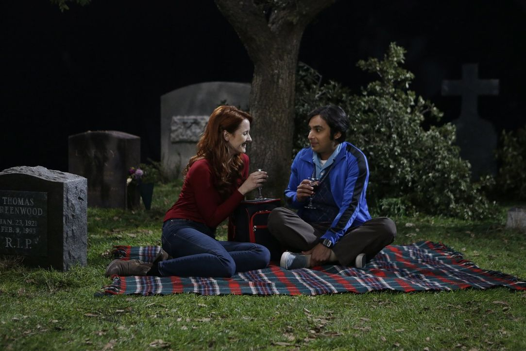 Die Beziehung zu Emily (Laura Spencer, l.) wird für Raj (Kunal Nayyar, r.) immer gruseliger. Warum will sie auf einem Friedhof mit ihm schlafen? - Bildquelle: Warner Bros. Television