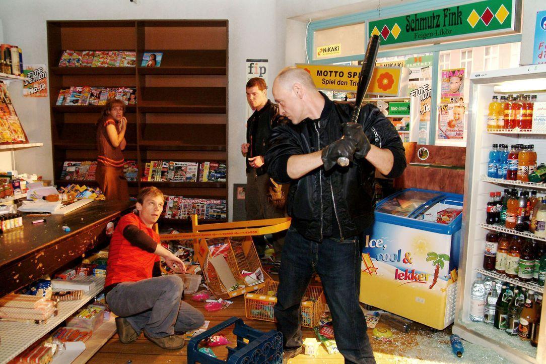 Lisa (Alexandra Neldel, l.) und Jürgen (Oliver Bokern, 2.v.l.) werden von Schlägern bedroht, die den Kiosk verwüsten. (Dieses Foto von Alexandra... - Bildquelle: Sat.1