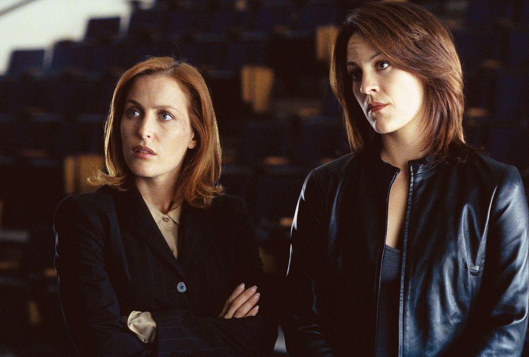 Dana Scully (Gillian Anderson, l.) und Monica Reyes (Annabeth Gish, r.) sind überzeugt, es mit einem von Dämonen besessenen Täter zu tun zu haben. - Bildquelle: TM +   Twentieth Century Fox Film Corporation. All Rights Reserved.