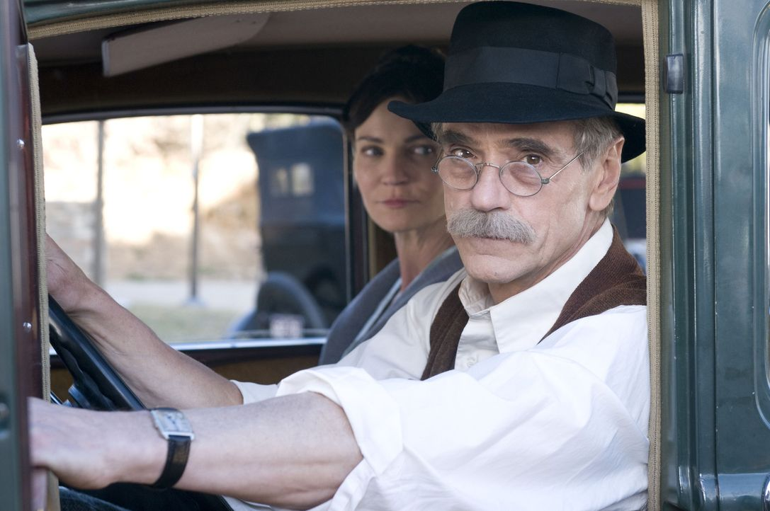 Es ist nicht einfach, sich nicht von Geld und Ruhm beeinflussen zu lassen: Georgia O'Keeffe (Joan Allen, l.) und Alfred Stieglitz (Jeremy Irons, r.)... - Bildquelle: 2009 Sony Pictures Television Inc. All Rights Reserved.