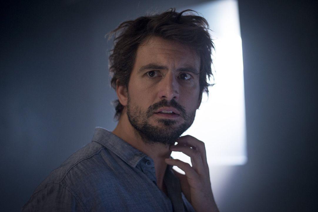 """Um nicht im Gefängnis zu landen, lässt sich der geniale Physiker Felix """"Einstein"""" Winterberg (Tom Beck) auf einen Deal mit der Polizei ein: Er soll... - Bildquelle: Martin Rottenkolber SAT.1"""