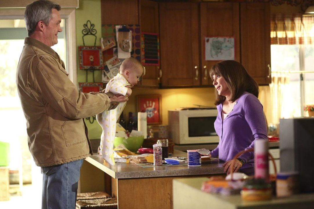 Um Frankie (Patricia Heaton, r.) aufzumuntern, organisiert Mike (Neil Flynn, l.), dass seine Frau auf das Nachbarsbaby aufpassen kann ... - Bildquelle: Warner Bros.